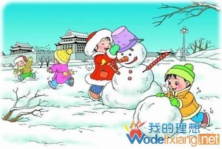 小朋友们在雪地上堆雪人